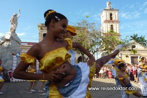 Kinder tanzen auf Kuba