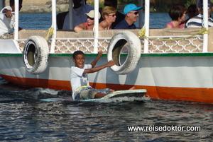 Kinder bei einer Bootsfahrt in Assuan