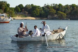 Schwimmende Verkäufer auf dem Nil