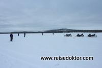 Eisfischer am Inarisee, Finnland