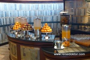 Fruchtsäfte im Dinarobin beim Frühstück
