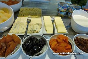 Käseplatte beim Frühstück